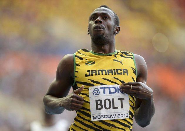 Usain Bolt proklusává cílem semifinálového běhu na sto metrů na MS v Moskvě.