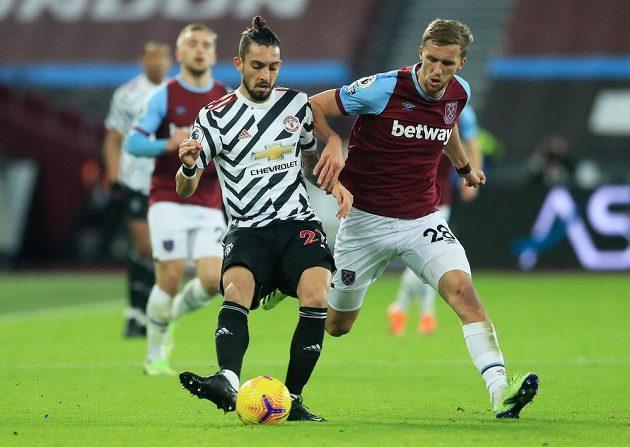 Tomáš Souček z West Hamu atakuje Alexe Tellese z Manchesteru United.