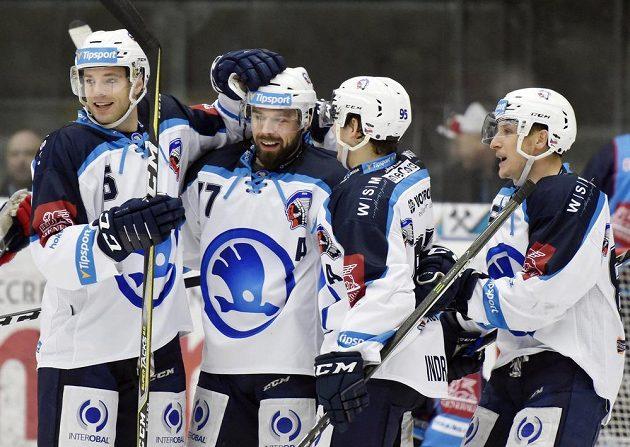 Hokejisté Plzně se radují z gólu.