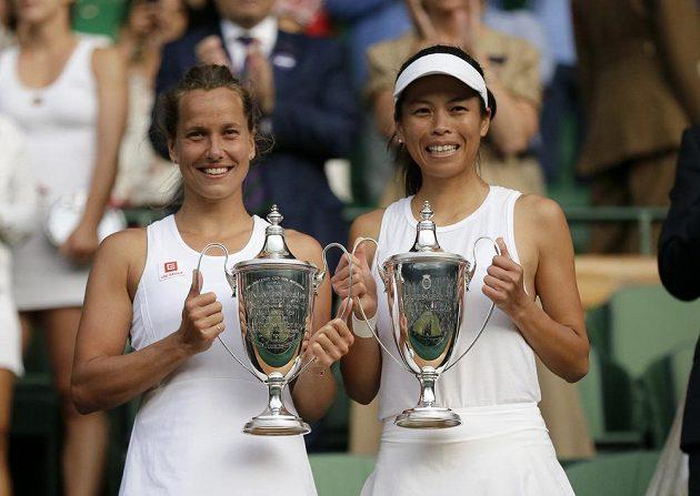 Barbora Strýcová a Sie Šu-wej Tchaj-wanu s trofejemi za triumf ve Wimbledonu