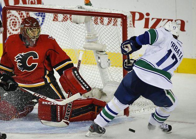 Radim Vrbata z Vancouveru ohrožuje brankáře Calgary Jonase Hillera.