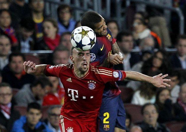 Dani Alvés (vpravo) z Barcelony si vyskočil na Francka Ribéryho z Bayernu.
