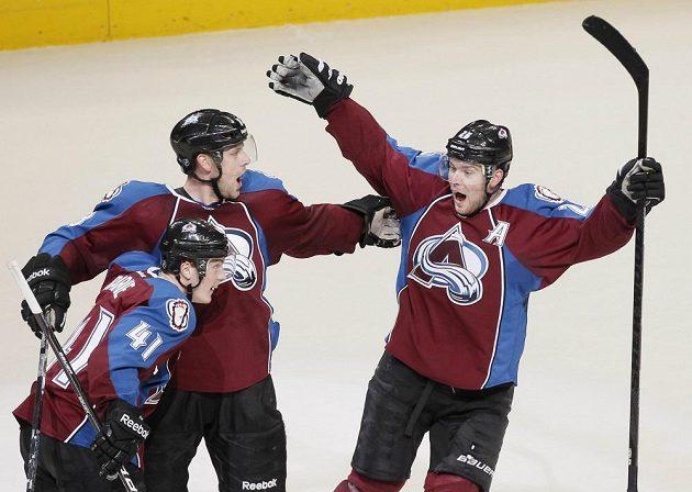 Jan Hejda (uprostřed) se raduje ze své první branky v sezóně, kterou rozhodl utkání proti Vancouveru.