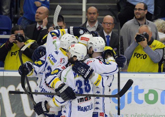 Hokejisté Komety Brno oslavují Pivkův rychlý gól proti Zlínu.