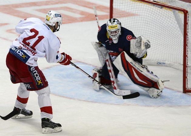 Jaroslav Bednář ze Slavie dává gól Martinu Růžičkovi z Chomutova.