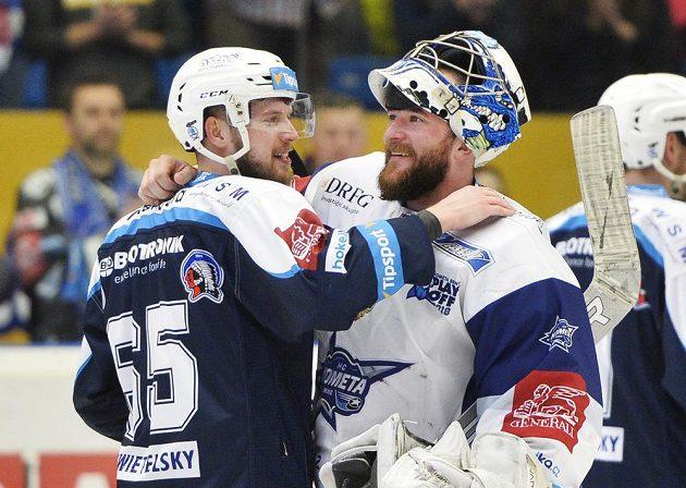 Plzeňský Miroslav Preisinger gratuluje k postupu do finále brankáři Brna Marku Čiliakovi.