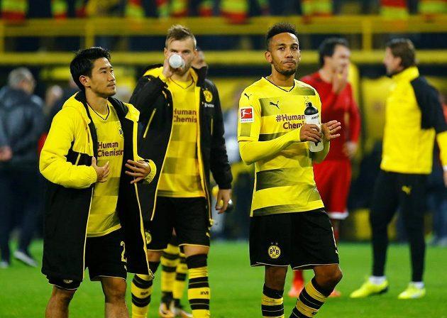 Fotbalisté Borussie Dortmund Shinji Kagawa a Pierre-Emerick Aubameyang museli překousnout zklamání po porážce s Bayernem ve šlágru bundesligy.