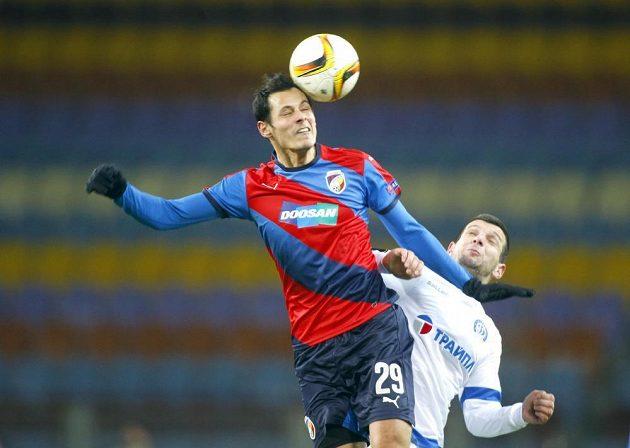 Fotbalista Viktorie Plzeň Tomáš Kučera ve vzdušném souboji s Fatosem Becirajem z Dinama Minsk.