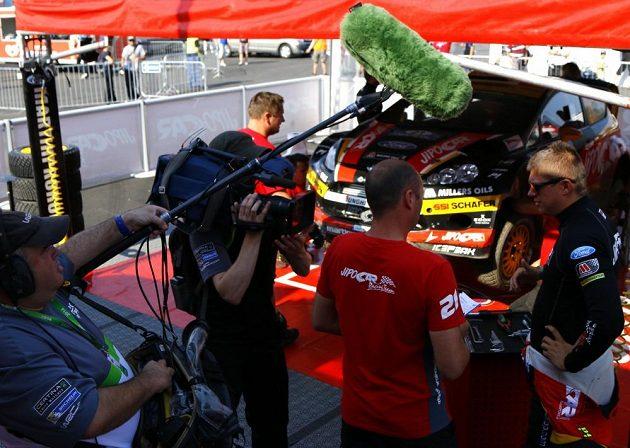 Martin Prokop v servisní zóně během Finské rallye.