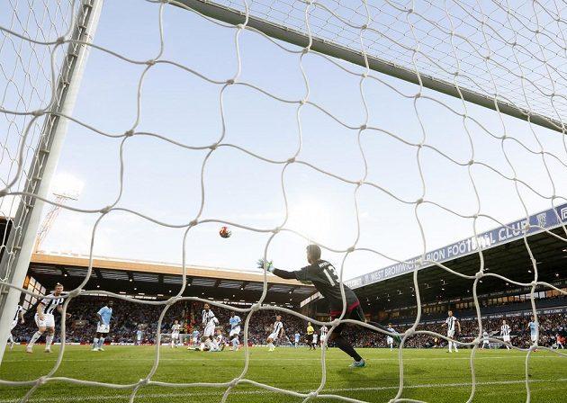 Fotbalista Manchesteru City Yaya Toure dává úvodní gól v utkání proti WBA.