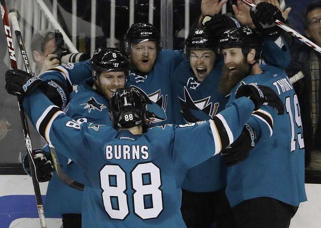 Radost v podání hokejistů San Jose Sharks v utkání NHL proti Chicagu. Gól slaví i český útočník Tomáš Hertl.