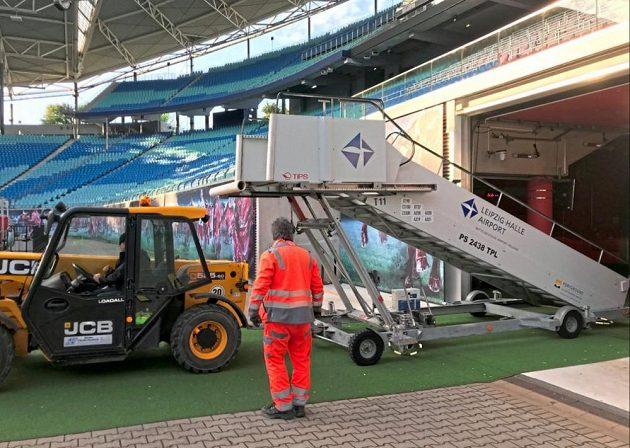 Mobilní schody využívané k nástupu a výstupu z letadel budou na stadionu využívat fotbalisté Lipska.