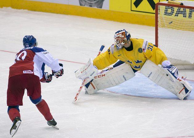 Roman Červenka míjí branku v závěrečném penaltovém rozstřelu, vpravo švédský brankář Anders Nilsson.