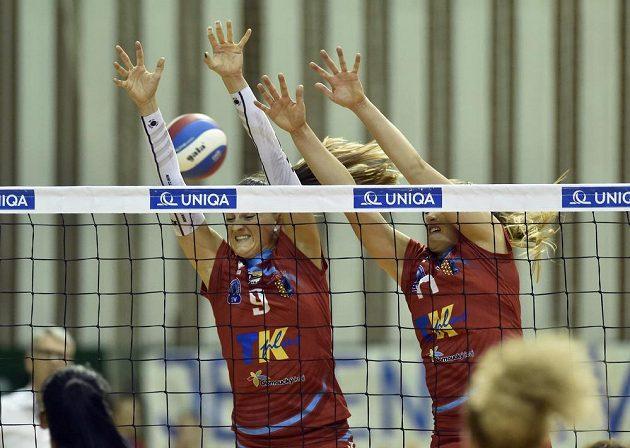 Na bloku prostějovské hráčky (zleva) Nina Herelová a Laura Emontsová Weihenmaierová během druhého finále play off volejbalové extraligy.