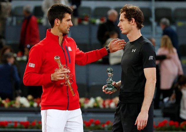Vítěz turnaje v Madridu Novak Djokovič (vlevo) a poražený finalista Andy Murray.