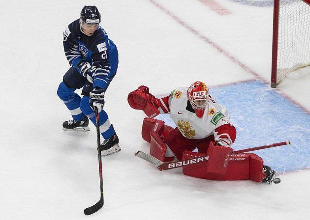 Ruský brankář Yaroslav Askarov a jeho zákrok v utkání s Finskem, Santeri Hatakka neuspěl.