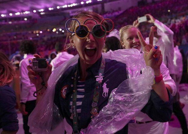 Jedna z účastnic nástupu sportovců při slavnostním zakončení OH.