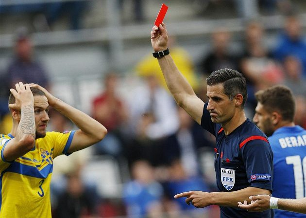 Rozhodčí Anastasios Sidiropoulos uděluje červenou kartu švédskému obránci Alexandru Miloševičovi.