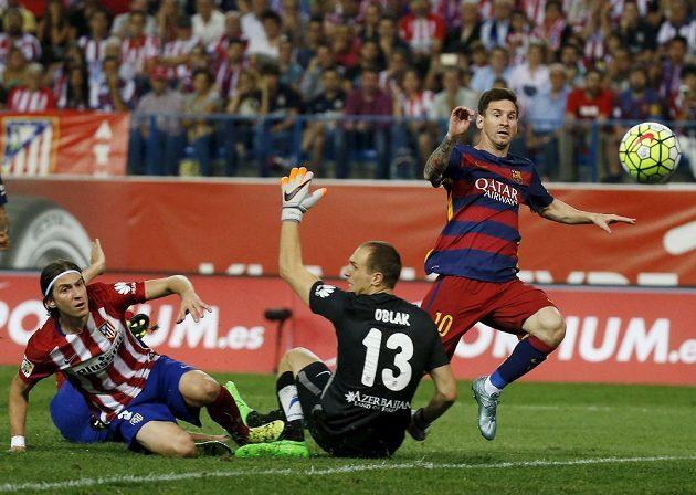 Argentinský útočník Lionel Messi překonává brankáře Atlétika Madrid Jana Oblaka.