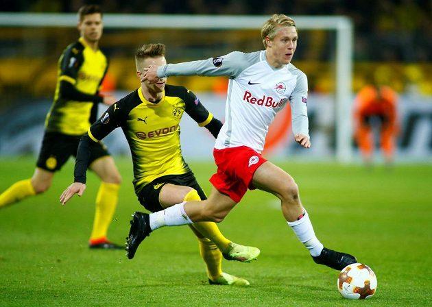 Marco Reus z Borussie Dortmund stíhá Xavera Schlagera ze Salcburku v utkání osmifinále Evropské ligy.
