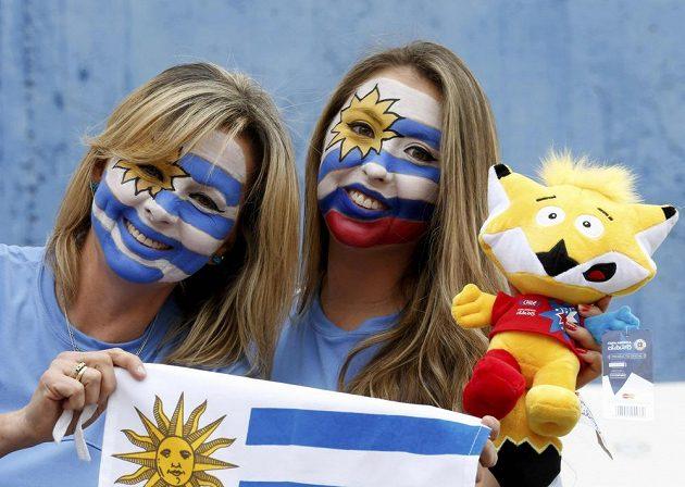 Uruguayské fanynky s oficiálním maskotem letošní Copa América.