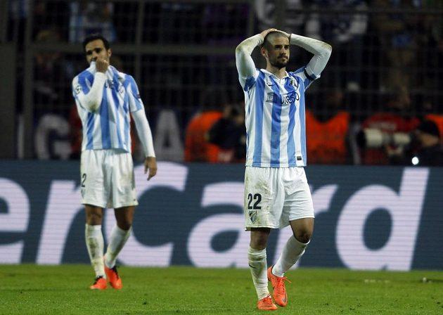 Isco (vpravo) z Málagy smutní po vyřazení z Ligy mistrů na trávníku Borussie Dortmund.