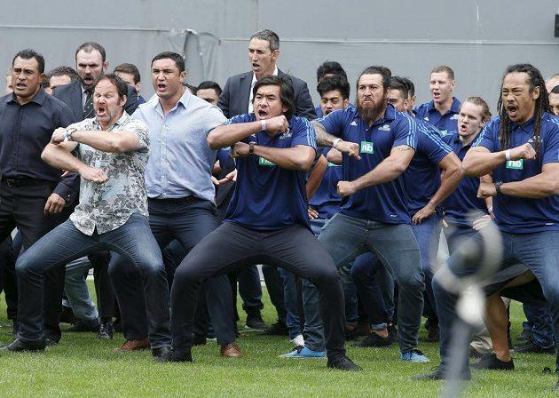 Tradiční tanec novozélandských ragbistů haka v podání bývalých i současných reprezentantů na počest slavného Jonaha Lomu, který měl pohřeb v Aucklandu.