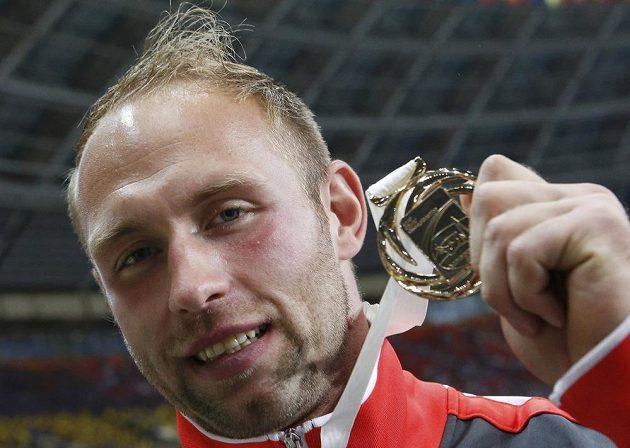 Německý diskař Robert Harting se chlubí zlatou medailí z MS v Moskvě.