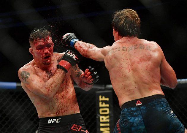 Duel mezi Darrenem Elkinsem (vlevo) a Natem Landwehrem přinesl velkou bitvu v UFC.