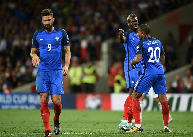 Francouzští fotbalisté Paul Pogba, Kylian Mbappé a Olivier Giroud.