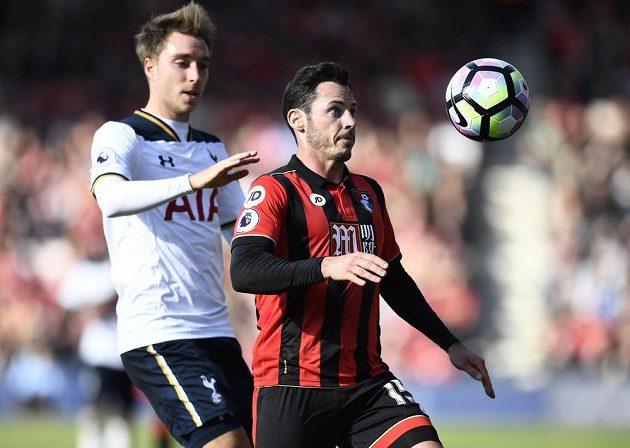 Christian Eriksen z Tottenhamu (vlevo) stíhá Adama Smithe z Bournemouthu.