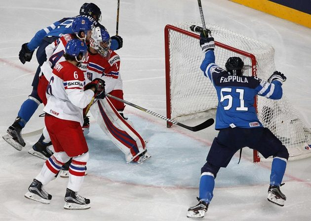 Český gólman Petr Mrázek se jen smutně ohlíží, puk je opět v jeho brance a Finové jásají. Slaví Valtteri Filppula s Topi Jaakolou.