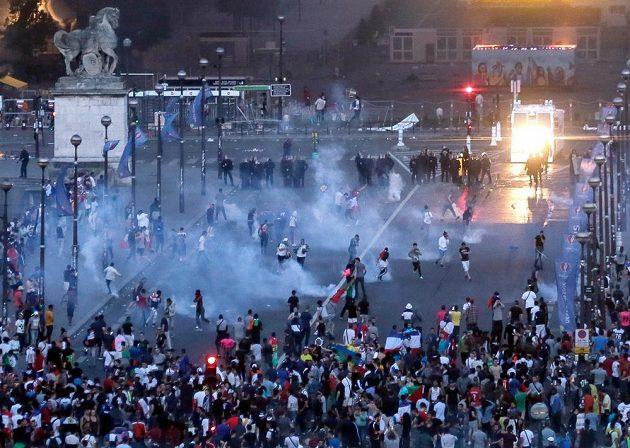 Policie pálí szlný plyn proti výtržníkům, kteří se snaží proniknout do uzavřené fanzóny pod Eiffelovou věží.