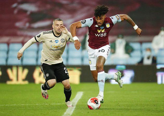 Manchesterský Luke Shaw (vlevo) a Tyrone Mings z Aston Villy.