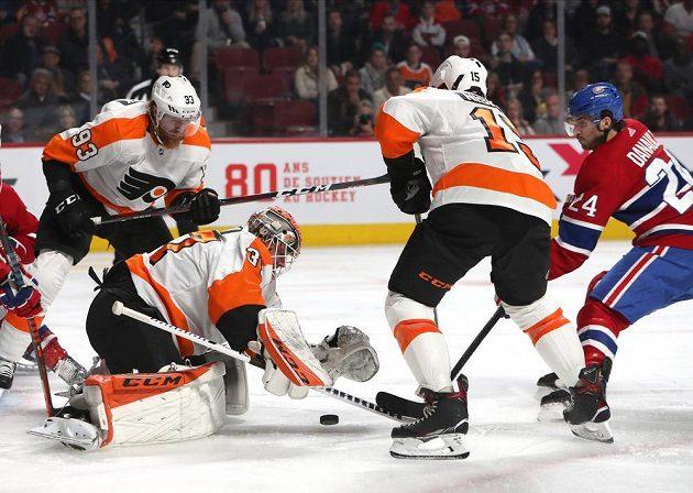 Český útočník Jakub Voráček z Philadelphie sleduje situaci před brankou Flyers během utkání NHL na ledě Montrealu Canadiens.
