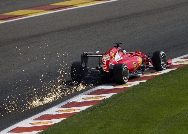 Jiskry létaly od ferrari Sebastiana Vettela při kvalifikaci na VC Belgie.