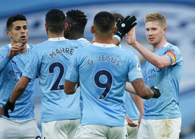 Fotbalisté Manchesteru City slaví gól proti Fulhamu.