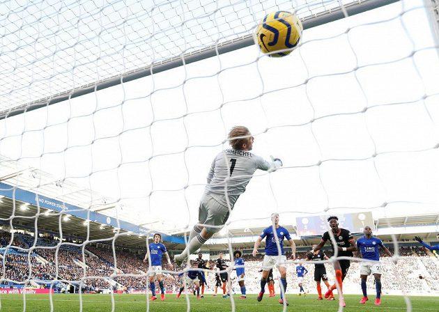 Antonio Rüdiger dává druhý gól Chelsea v utkání proti Leicesteru.