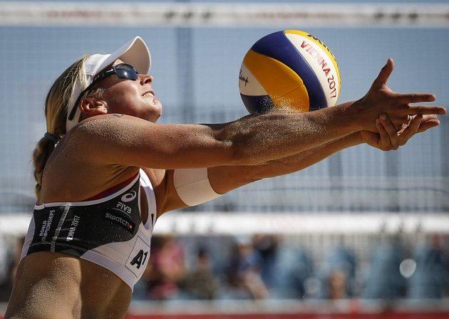 Nizozemská reprezentantka Marleen van Ierselová přijímá míč v zápase mistrovství světa.
