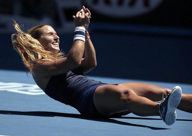Dominika Cibulková se raduje z postupu do semifinále Australian Open.