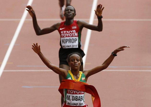 Etiopská vytrvalkyně Mare Dibabaová (vpředu) vítězí v ženském maratónu před Keňankou Helah Kipropovou na mistrovství světa v atletice v Pekingu.