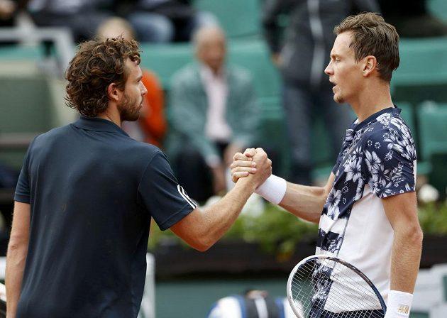 Ernests Gulbis a Tomáš Berdych si potřásají rukami po vzájemném duelu ve čtvrtfinále Roland Garros.