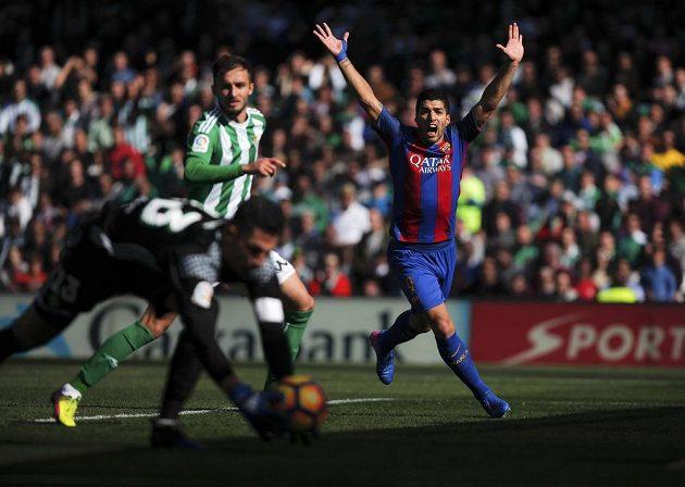 Barcelonský kanonýr Luis Suárez při utkání proti Betisu.