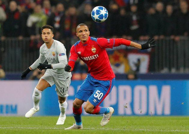 Fotbalista CSKA Moskva Rodrigo Becao v akci během utkání Ligy mistrů s AS Řím.