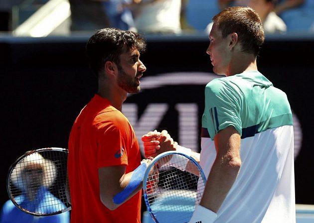 Tomáš Berdych (vpravo) po vítězném utkání s Yukim Bhambrim z Indie.