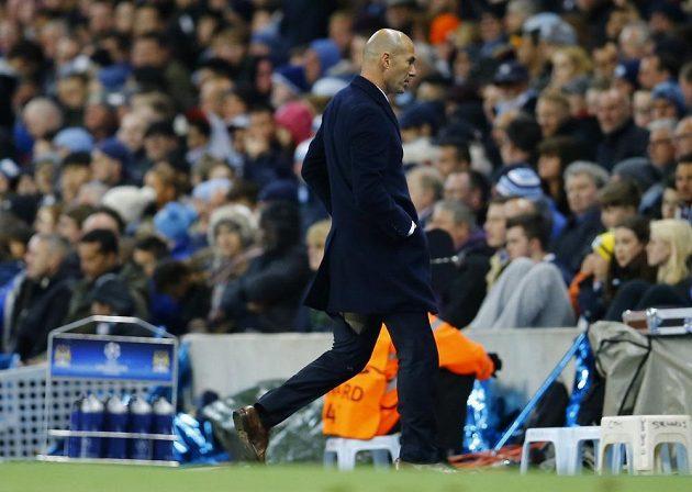 Zinedine Zidane si po dalších problémech s roztrženými kalhoty musí najít nového krejčího.