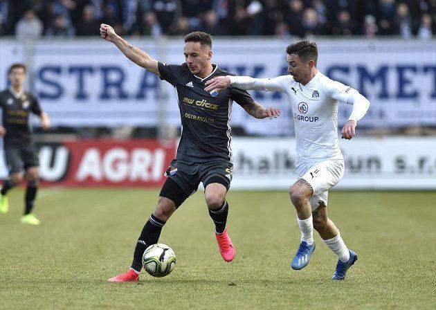 Daniel Holzer z Ostravy se snaží udržet míč před dotírajícím Milanem Petrželou ze Slovácka.