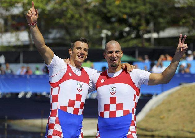 Chorvatští bratři Martin a Valent Sinkovičové se radují z vítězství v závodě dvojskifů.