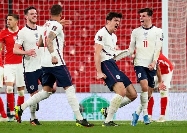 Anglický fotbalový reprezentant Harry Maguire slaví se spoluhráči gól v utkání kvalifikace MS 2022 proti Polsku.