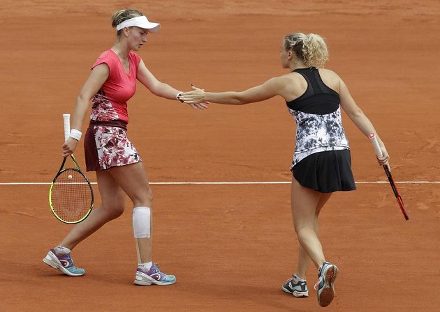 Barbora Krejčíková (vlevo) a Kateřina Siniaková ve finále ženské čtyřhry na Rolland Garros.